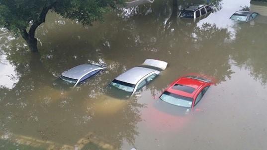 Tình trạng ngập lụt thình lình gây ngập đường