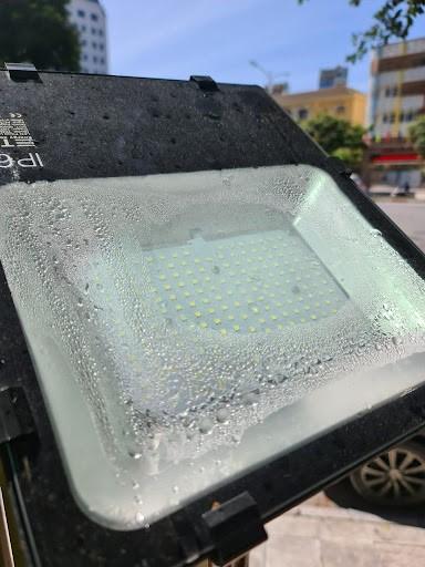 Trời mưa lớn làm các đèn pha bị đọng nước